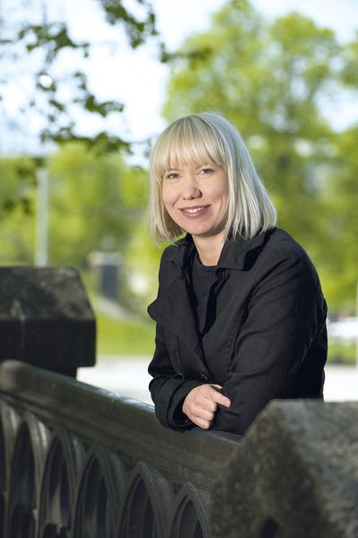 Kuvassa on Suomen Syöpärekisterin vastaava lääkäri, LT Anni Virtanen.